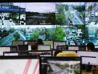 Pantallas en la sala de control del centro de gestión de la movilidad del Ayuntamiento de Madrid.