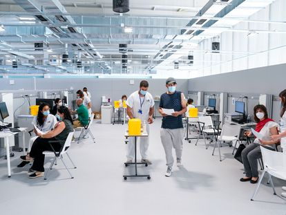 Enfermeros y pacientes, en el Hospital Enfermera Isabel Zendal de Madrid el pasado 28 de junio.