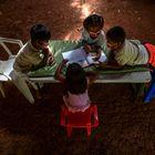 Unos niños indígenas emberá consultan un libro mientras dan clase en su comunidad en marzo de 2021 en Puru Embera, provincia de Colon, Panamá. En tiempos de pandemia y sin conexión a internet, estudiantes como estos reciben lecciones gracias a profesores que se desplazan a sus comunidades.