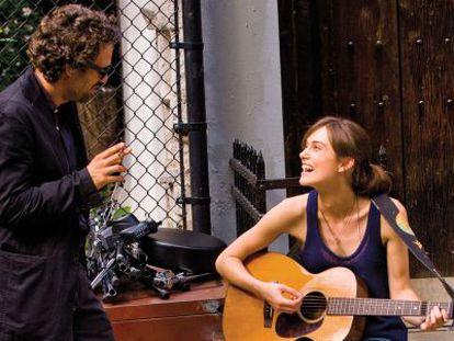 Mark Ruffalo y Keira Knightley, en 'Begin again'.