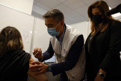 Un médico vacuna a una mujer en Saint Denis, en el norte de París, este viernes.
