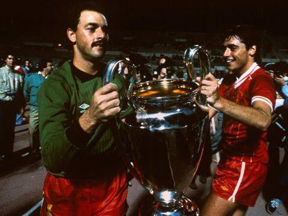 Michael Robinson (derecha) sujeta el trofeo de la Copa de Europa en Roma junto a su compañero Bruce Grobbelaar el pasado 30 de mayo de 1984.