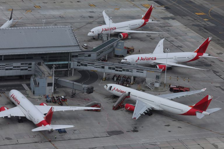 Aviones en tierra de Avianca en el aeropuerto El Dorado de Bogotá, en una imagen del pasado abril.