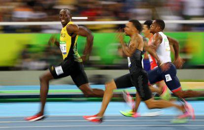 Usain Bolt adelanta a todos sus rivales en una de sus carreras en Río 2016.