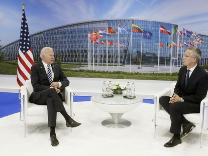 El presidente de Estados Unidos, Joe Biden (izquierda), reunido este lunes con el secretario general de la OTAN, Jens Stoltenberg, a su llegada a la sede de la alianza en Bruselas.