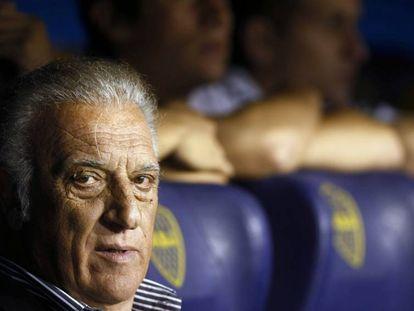 Alfio Basile, en el banquillo de la Bombonera.