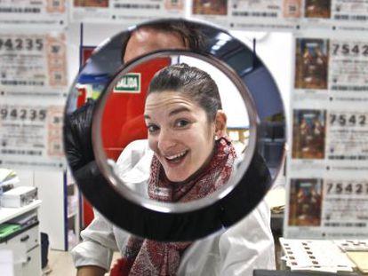 Paloma Alonso Regadera en su administración de lotería.