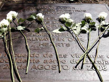 La placa en recuerdo de las víctimas del vuelo de Spanair, en los jardines de la Terminal 2 del aeropuerto de Barajas.