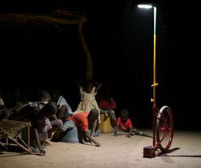 El llum portàtil que l'italià Matteo Ferroni ha dissenyat per a Mali.