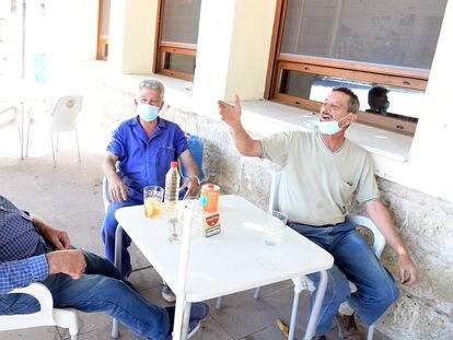 Tres vecinos de Los Balbases (Burgos), el pasado 9 de agosto en un bar de la localidad.