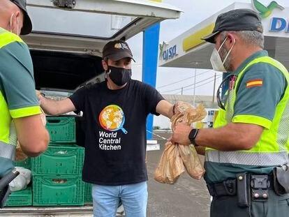 Un voluntario de World Central Kitchen reparte comida a dos agentes de la Guardia Civil en La Palma.