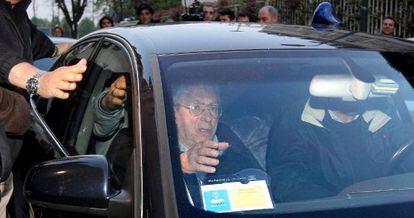 Umberto Bossi abandona la sede de su partido en Milán, tras dimitir ayer.