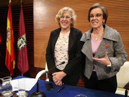 La alcaldesa de Madrid, Manuela Carmena, junto a la portavoz socialista,