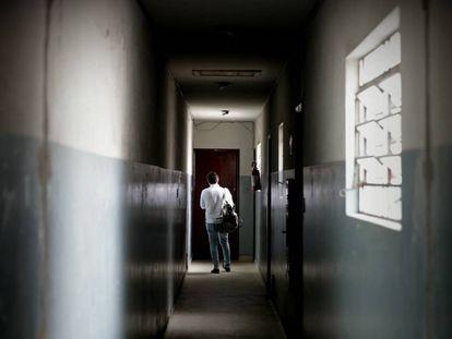 Pasillo por el que se llega a la vivienda en Sao Paulo (Brasil), del español Carlos García Juliá.