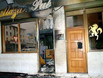 Fachada del club de alterne Alazán tras el incendio intencionado que sufrió en la noche del sábado.