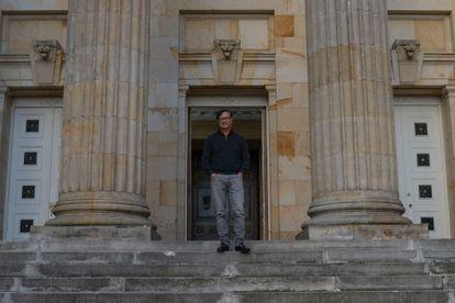 Gustavo Petro en la escalinata del Senado de la República de Colombia el día 09 de septiembre de 2021.