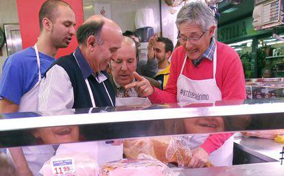 Chiquito de la Calzada y Josema Yuste en la carnicería del mercado de Usera.