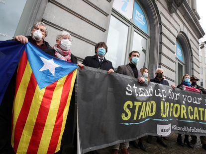 Los políticos catalanes exiliados Antoni Comín, Carles Puigdemont y Clara Ponsatí protestan ante el Parlamento Europeo.