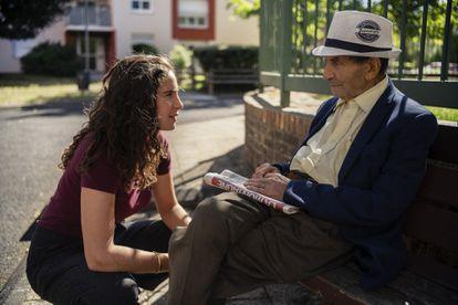 Lina Soualem, directora de 'Leur Algerie', durante el rodaje del documental con su abuelo, Mabrouk.
