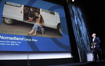 Frances McDormand y Chloé Zhao agradecen el León de Oro en un vídeo durante la ceremonia de clausura de la Mostra de Venecia, con el director de 'marketing' de Disney Italia, Davide Romani, en la sala.