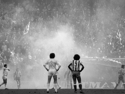 Camacho y Hugo Sánchez durante un derbi en el Calderón.