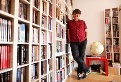Santiago Garcia, Premio Nacional de Cómic, en su casa.