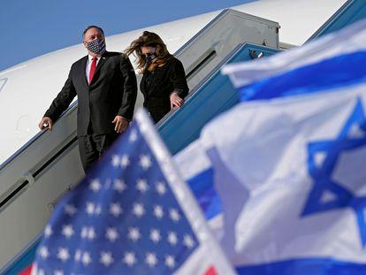 El secretario de Estado de EE UU, Mike Pompeo, y su esposa, el miércoles a su llegada al aeropuerto de Tel Aviv.