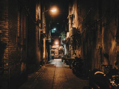Un callejón oscuro.