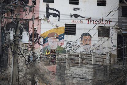 Una construcción en el barrio Petare, en Caracas, con las imágenes de Hugo Chávez y Nicolás Maduro.