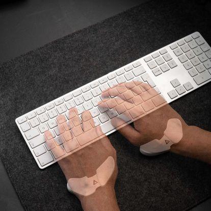 Un par de Carpios sirviendo de apoyo al uso del teclado