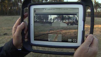 Un iPad permite ver cómo era el campo de Bergen-Belsen.