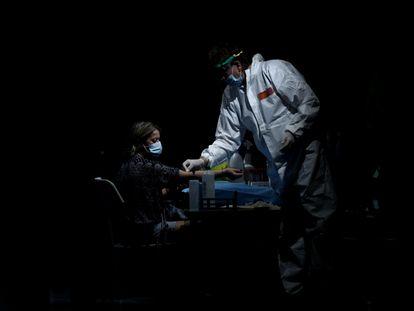 Un sanitario saca sangre a una mujer para un test de anticuerpos en el Centro de las Artes Auditorium Municipal de Arroyomolinos, Madrid (España), el 7 de septiembre.