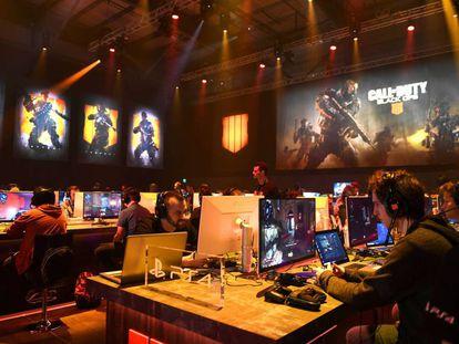 Los aficionados prueban Black Ops IV durante el evento de presentación en Los Ángeles el pasado 17 de mayo.
