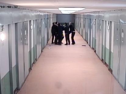 Imagen captada por las cámaras de la prisión de Teixeiro (A Coruña) del suceso ocurrido el 10 de octubre de 2018 por el que han sido procesados dos funcionarios y un recluso.