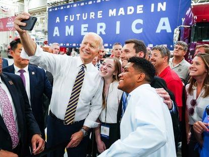 El presidente de EE UU Joe Biden se fotografía con sus seguidores en Pensilvania el pasado julio.
