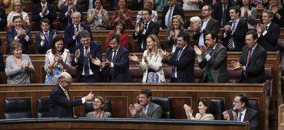 Cristóbal Montoro recibe los aplausos de la bancada popular