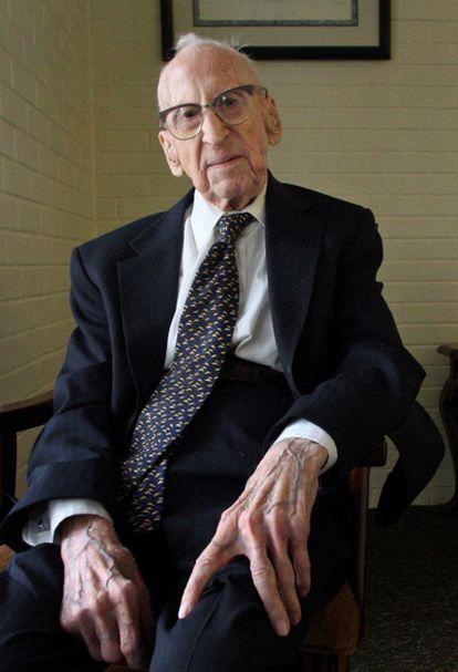 Walter Breuning de 114 años durante una entrevista con 'Associated Press` en su residencia de ancianos Arco Iris en Montana