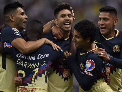Peralta es celebrado por sus compañeros tras el primer gol