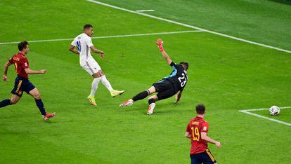 Kylian Mbappé supera a Unai Simón en el disparo que supuso el gol del triunfo de Francia, el domingo.