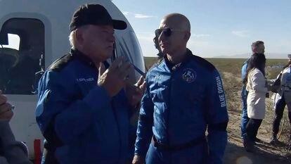 El actor William Shatner, a la izquierda, habla con Jeff Bezos al bajarse de la nave espacial cerca de Van Horn, Texas.