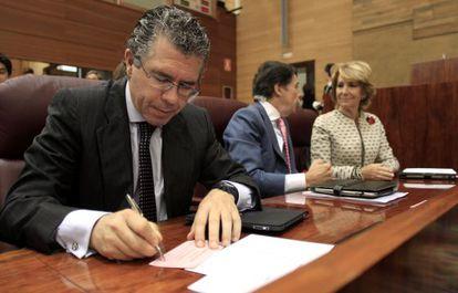 Francisco Granados (en primer plano) junto a Ignacio González y Esperanza Aguirre en la Asamblea de Madrid.