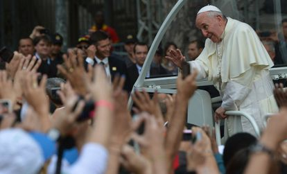 El papa Francisco saludando a sus fieles
