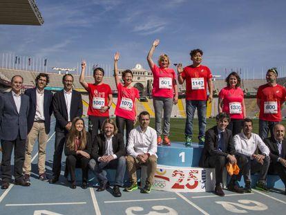 Los medallistas del maratón de los Juegos del 92, en un podio conmemorativo en el Estadio Olímpico, con los organizadores del Maratón Barcelona.