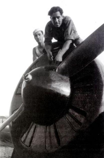 Mecánicos republicanos sobre un caza I-16 Mosca.
