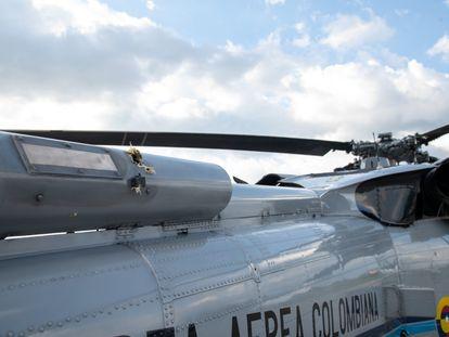 La presidencia de Colombia difundió imágenes de los impactos de bala contra el helicóptero donde viajaba Iván Duque.