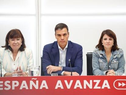 De izquierda a derecha, la presidenta del PSOE, Cristina Narbona, el presidente del Gobierno, Pedro Sánchez, y la portavoz socialista en el Congreso, Adriana Lastra, en 2019.