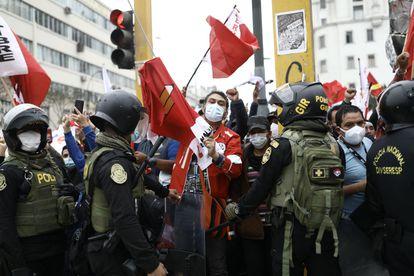 Simpatizantes de Pedro Castillo se manifiestan este sábado cerca a una protesta de seguidores de Keiko Fujimori, en el centro de Lima.