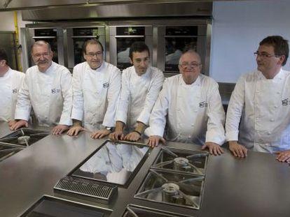 Desde la izquierda, los chefs Martin Berasategui, Pedro Subijana, Hilario Arbelaitz, Eneko Atxa, Juan Mari Arzak y Andoni Luis Aduriz en la inauguración del Basque Culinary Center en San Sebastián en 2011.