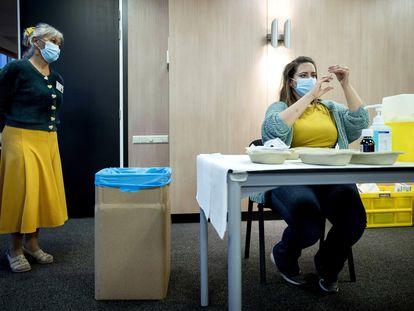 Personal sanitario recibe formación para poner la vacuna de la covid-19, este martes en Houten (Países Bajos).