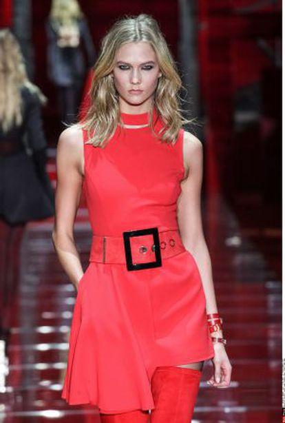 Karlie Kloss en la Semana de la Moda de Milan, modelando para Versace.